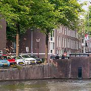 NLD/Amsterdam/20180628 - Rondvaart Amsterdam, gracht met auto's geparkeert