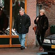 Koos Postema met vrouw Ineke winkelend in Laren