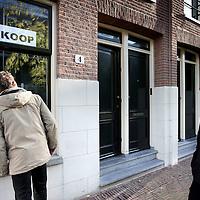 Nederland, Amsterdam , 1 december 2009..Startende kopers op de huizenmarkt bekijken een woning..First-timer buyers are viewing a house for sale.