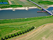 Nederland, Gelderland, gemeente West Maas en Waal; 14–05-2020; Waalbandijk ten oosten van Wamel. Naast de verbrede dijk zijn populieren geplant. Rivier de Waal met Prins Willem Alexanderbrug.<br /> Waalbandijk east of Wamel. Poplars have been planted next to the widened dike. River Waal with Prins Alexanderbridge.<br /> luchtfoto (toeslag op standaard tarieven);<br /> aerial photo (additional fee required)<br /> copyright © 2020 foto/photo Siebe Swart
