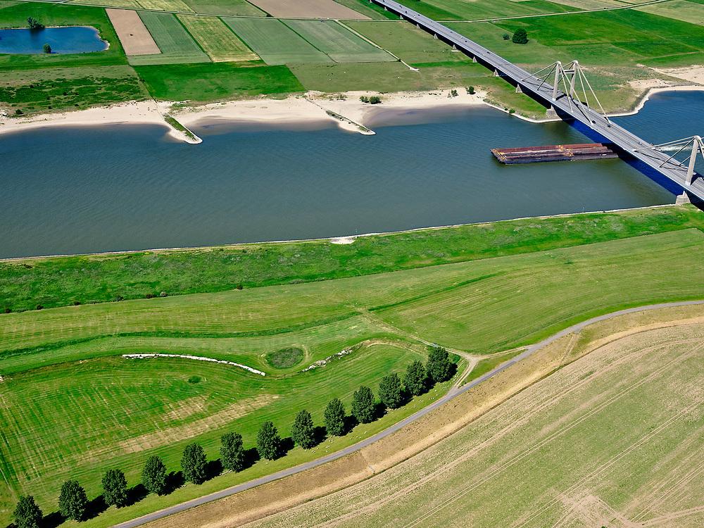 Nederland, Gelderland, gemeente West Maas en Waal; 14–05-2020; Waalbandijk ten oosten van Wamel. Naast de verbrede dijk zijn populieren geplant. Rivier de Waal met Prins Willem Alexanderbrug.<br /> Waalbandijk east of Wamel. Poplars have been planted next to the widened dike. River Waal with Prins Alexanderbridge.<br /> luchtfoto (toeslag op standaard tarieven);<br /> aerial photo (additional fee required)<br /> copyright © 2020 foto/photo Siebe Swart