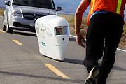 Graeme Obree komt aan bij de finish op de vijfde racedag van de WHPSC. In Battle Mountain (Nevada) wordt ieder jaar de World Human Powered Speed Challenge gehouden. Tijdens deze wedstrijd wordt geprobeerd zo hard mogelijk te fietsen op pure menskracht. Ze halen snelheden tot 133 km/h. De deelnemers bestaan zowel uit teams van universiteiten als uit hobbyisten. Met de gestroomlijnde fietsen willen ze laten zien wat mogelijk is met menskracht. De speciale ligfietsen kunnen gezien worden als de Formule 1 van het fietsen. De kennis die wordt opgedaan wordt ook gebruikt om duurzaam vervoer verder te ontwikkelen.<br /> <br /> Graeme Obree finishes at the fifth day if the WHPSC. In Battle Mountain (Nevada) each year the World Human Powered Speed Challenge is held. During this race they try to ride on pure manpower as hard as possible. Speeds up to 133 km/h are reached. The participants consist of both teams from universities and from hobbyists. With the sleek bikes they want to show what is possible with human power. The special recumbent bicycles can be seen as the Formula 1 of the bicycle. The knowledge gained is also used to develop sustainable transport.