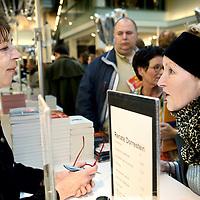 Nederland, Amsterdam , 6 maart 2010..Schrijfsters Renate Dorrestein tijdens de signeersessies in de Bijenkorf voorafgaande aan de Boekenweek 2010..Foto:Jean-Pierre Jans