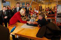 SYKKYLVEN 20091111. Kronprinsesse Mette-Marit hilser på Kristin Strømme (t.h.) i produksjonslokalene til Ekornes under sitt besøk i Sykkylven onsdag ettermiddag. Foto: Svein Ove Ekornesvåg