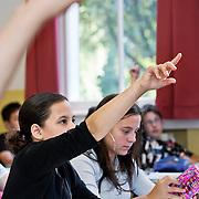 Nederland Rotterdam 23-09-2009 20090923 Serie over onderwijs,   openbare scholengemeenschap mavo, havo en vwo. Lesuur in klaslokaal, klassikaal vragen stellen en  toelichting krijgen op de lesstof.                                              .Foto: David Rozing