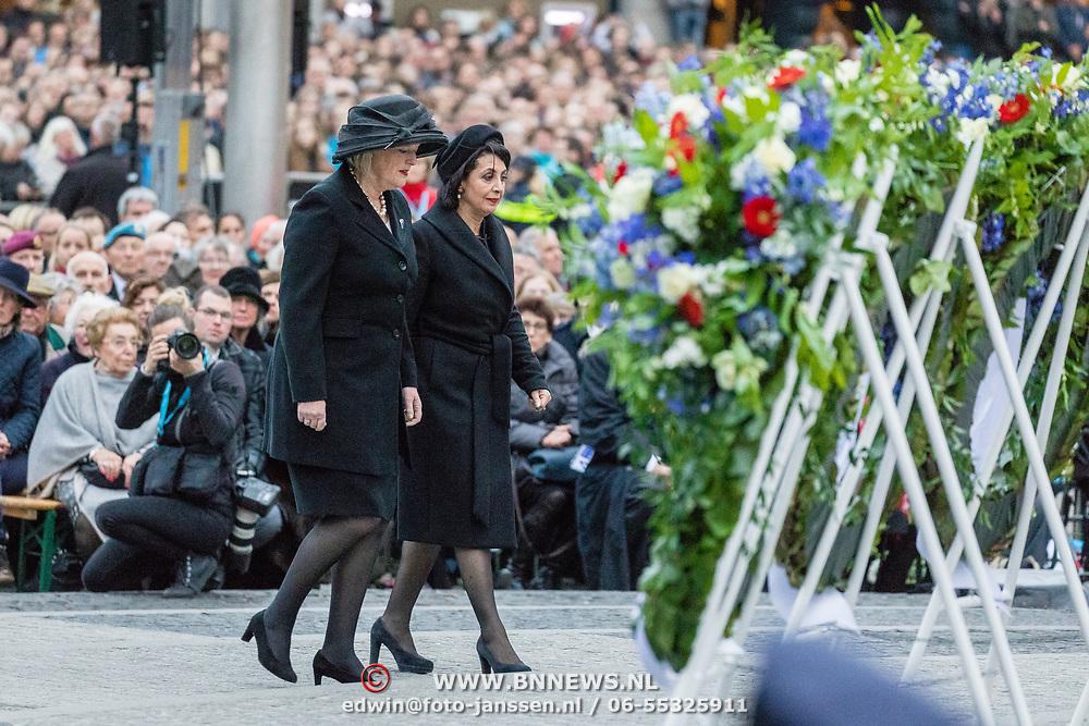 NLD/Amsterdam/20170504 - Nationale Herdenking 2017, Tweede Kamer-voorzitter Khadija Arib (R) en Eerste Kamer-voorzitter Ankie Broekers-Knol