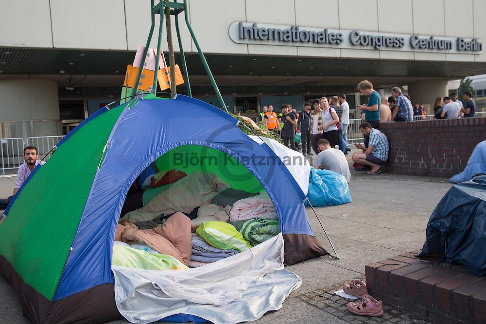 Berlin, Germany - 21.07.2016<br /> <br /> Some refugees sleep in front of the outposts of the State Office of Health and Welfare at the ICC in Berlin. They slept previously in the exhibition hall 26 which was evacuated for the IFA Fair - they should now be accommodated in a makeshift mass accommodation inside the ICC. Among other things, because residents of this shelter report a infested with bed bugs, they do not want in a another mass accommodation, specially not in the one inside ICC.<br /> <br /> Vor der Aussenstellen des Landesamt für Gesundheit und Soziales am ICC in Berlin campieren einige Fluechtlinge. Sie schliefen zuvor in der Messehalle 26 die fuer die Messe IFA geraeumt wurde - sie sollen nun in der Unterkunft der Malteser am ICC untergebracht werden. Unter anderem weil Bewohner dieser Notunterkunft ueber einen Befall mit Bettwanzen berichten, wollen sie nicht erneut in eine Massenunterkunft und im speziellen nicht in die zugewiesene <br /> <br /> Photo: Bjoern Kietzmann