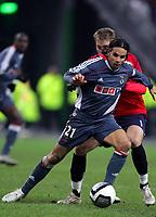 Fotball<br /> UEFA Champions League<br /> 22.11.2005<br /> Lille v Benfica<br /> Foto: imago/Digitalsport<br /> NORWAY ONLY<br /> <br /> Nuno Gomes (Benfica Lissabon, vorn) gegen Mathieu Bodmer (Lille)