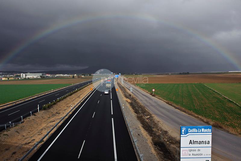 Arco-iris y autovia Madrid-Alicante. Almansa. Albacete. Albacete ©Antonio Real Hurtado / PILAR REVILLA