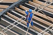 Nederland, Den Bosch, 20090928..Gevaarlijk werk. Bouwvakkers bovenop een dakconstructie. Gezekerd met een klimvest..Jeroen Bosch Ziekenhuis in Den Bosch aanbouw.    .Gerlo Beernink/Hollandse Hoogte