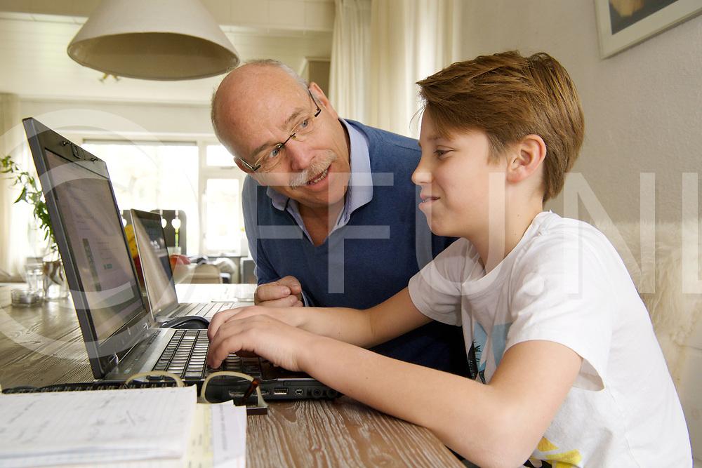 """BALKBRUG - INTERNET GEVAREN.<br /> Gert Boterman geeft les aan de Politieacademie als docent """"Cybercrime""""<br /> Gert met zijn zoon Jurre, ook eigen kinderen moeten bewust zijn van de gevaren.<br /> FFU PRESS AGENCY COPYRIGHT Harry Kruipers"""