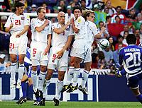 Fotball, 1. juli 2004, Tsjekkia - Hellas, EM semifinale, Euro 2004, Der Grieche Georgios Karagounis schiesst einen Freistoss in der Tschechischen Mauer sind Tomas Ujfalusi, Rene Bolf, Jan Koller, Milan Baros und Pavel Nedved