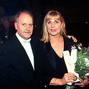 Prijsuitreiking Populariteitsprijs 1998, prijsuitreiking met Henk Geels en Margriet Eshuijs
