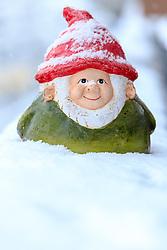 THEMENBILD - ein Gartenzwerg mit Schnee bedeckt. In weiten Teilen Österreichs hält der Schneefall bis in die Täler an und führt zu Verkehrsbehinderungen, aufgenommen am 27. April 2016 in Viehhofen, Oesterreich // a garden gnome covered with snow, Parts of Austria have been hit by heavy snowfall., on 2016/04/27 in Viehhofen, Austria. EXPA Pictures © 2016, PhotoCredit: EXPA/ JFK