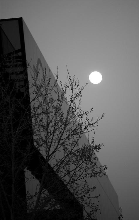 La luna, junto al edificio sede de Repsol, en el Paseo de la Castellana, en Madrid.