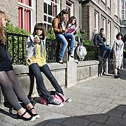 Nederland Rotterdam 23-09-2009 20090923 Serie over onderwijs,  openbare scholengemeenschap voor mavo, havo en vwo.   Leerlingen tijdens pauze, leerlinge flirt met jongen op achtergrond.                                                     .Foto: David Rozing