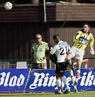 Fotball   2 juli  2006  - Adeccoligaen<br /> Hønefoss Idrettspark    <br /> Foto: Dagfinn Limoseth, Digitalsport <br /> Hønefoss  v  Løv-Ham   2-1<br /> <br /> Martin Hollund ,  Løv-Ham rydder opp foran Kamal Saaliti  ,  Hønefoss