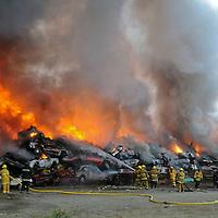 San Salvador Atenco, Méx.- Bomberos de varios municipios trabajan en controlar el fuego que ha destruido con mas de un centenar de vehiculos en el corralon de este municipio. Agencia MVT / Juan Garcia. (DIGITAL)