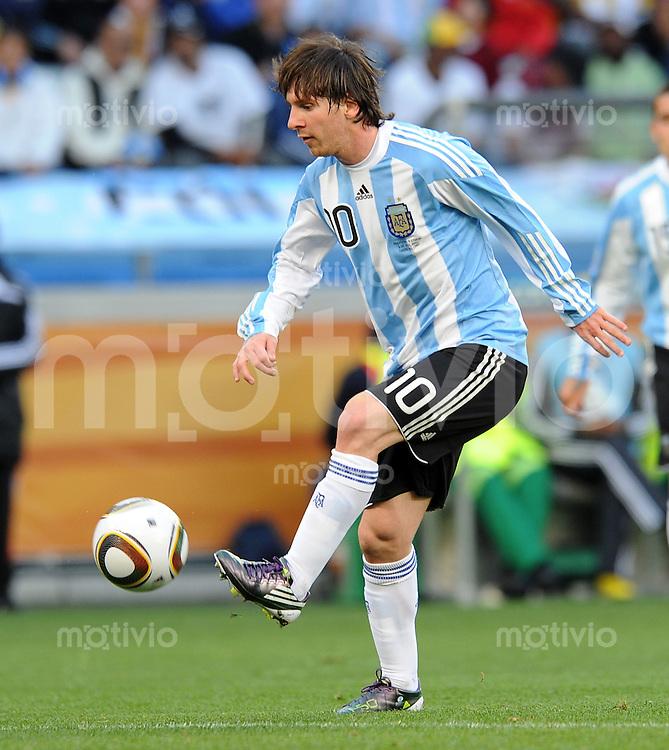 FUSSBALL WM 2010    VIERTELFINALE  03.07.2010 ARGENTINIEN - DEUTSCHLAND Lionel MESSI (Argentinien) Einzelaktion am Ball