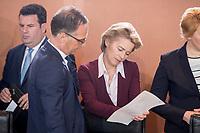 18 JUL 2018, BERLIN/GERMANY:<br /> Heiko Maas (L), SPD, Bundesaussenminister, und Ursula von der LEyen (R), CDU, lesen in einem Papier, vor Beginn der Kabinettsitzung, Bundeskanzleramt<br /> IMAGE: 20180718-01-018<br /> KEYWORDS: Kabinett, Sitzung