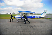 Nederl;and, Teuge, 27-3-2009Vliegschool Stella aviation academy op vliegveldTeuge. Na het tanken wordt het vliegtuig naar de hangar geduwd.Flyingschool Stella aviation academy at airport Teuge. Foto: Flip Franssen/Hollandse Hoogte