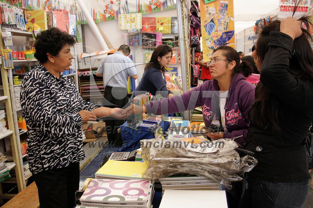 Toluca, México.- Durante la Décimo Quinta Feria de Regreso a Clases, se ofrece a los  padres de familia una diversa gama de productos escolares para que puedan tener un ahorro sustancial en la compra de los útiles, además de contar con garantía y productos de calidad. Agencia MVT / Arturo Hernández S.