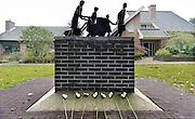 Nederland, Groesbeek, 30-9-2014Bloemen bij het evacuatiemonument. Na de operatie Merket Garden in de tweede wereldoorlog werd Groesbeek ontruimd en moesten de bewoners vertrekken naar elders. FOTO: FLIP FRANSSEN/ HOLLANDSE HOOGTE