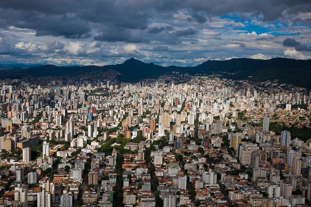 Belo Horizonte_MG, Brasil...Vista aerea de Belo Horizonte com a Serra do Curral ao fundo...Aerial view of Belo Horizonte with Serra do Curral in the background...Foto: BRUNO MAGALHAES / NITRO