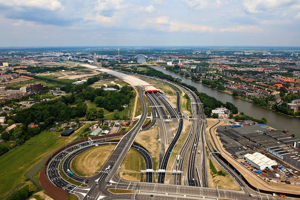 Nederland, Utrecht, Leidsche Rijn, 13-05-20011; zuidelijke ingang van de nieuwe landtunnel voor de A2, verkeersplein Hooggelegen onder in beeld. De tunnel ligt parallel aan de bestaande A2, het asfalt zal op termijn verdwijnen en op het dak van de tunnel zal een park komen. Links van de tunnel Leidsche Rijn met de wijken Langerak en Parkwijk. Rechts het Amsterdam-Rijnkanaal. Southern entrance of the new landtunnel for A2. The tunnel lies parallel to the existing motorway A2, the asphalt will eventually disappear and the roof of the tunnel will be a park. Left of the tunnel Leidsche Rijn with the districts and Langerak Parkwijk. Right the Amsterdam-Rhine Canal..luchtfoto (toeslag), aerial photo (additional fee required).foto/photo Siebe Swart