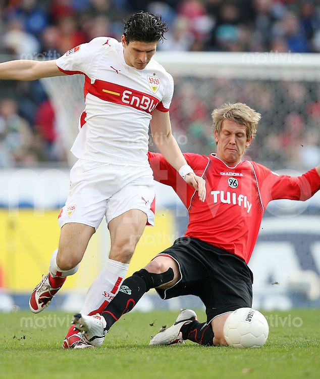 FUSSBALL     1. BUNDESLIGA     SAISON 2007/2008   26. SPIELTAG Hannover 96 - VfB Stuttgart                                        30.03.2008 Mario GOMEZ (li, Stuttgart) gegen Frank FAHRENHORST (re, Hannover)