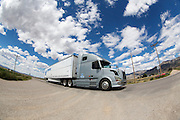 Een vrachtwagen rijdt over de SR318 bij het plaatsje Lund in Nevada.<br /> <br /> A truck is riding at the SR318 near Lund, Nevada.