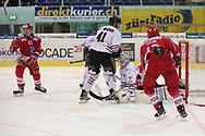 Michael Huegli (SCRJ) erzielt das 3:1 gegen Torhueter Ludovic Waeber (Red Ice) im Playoff Halbfinal Spiel der NLB zwischen den SC Rapperswil-Jona Lakers und HC Red Ice Martigny, am Dienstag, 08. Maerz 2016, in der Diners Club Arena Rapperswil-Jona. (Thomas Oswald)