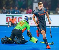 BHUBANESWAR, INDIA - Shoot-outs, Thijs van Dam (Ned) heeft gescoord tegen keeper Andrew Charter (Aus)    tijdens de halve finale tussen Nederland en Australie (2-2) (Ned. wint shoot-outs), bij het WK Hockey heren in het Kalinga Stadion.  .COPYRIGHT KOEN SUYK