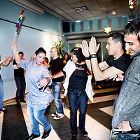 Nederland, Amsterdam , 31 mei 2010..Slotconferentie van het project Jezelf kunnen zijn in slotervaart wordt gevierd met een hoop dans en vreugde..Stadsdeel Slotervaart heeft de nota Homobeleid Slotervaart 2009-2011 uitgebracht..Hierin wordt gesteld dat acceptatie van homoseksualiteit een van de toetsstenen van de tolerantie is..n.a.v. organisaties zijn de afgelopen maanden in dialoog gegaan om homoseksualiteit bespreekbaar te maken.Verschillende activiteiten zijn georganiseerd om meer begrip en tolerantie te bewerkstelligen in slotervaart..Op de foto wordt gedanst en gezongen tijdens de koffiepauze. op de achtergrond wethouder Achmed Baâdoud van Stadsdeel Nieuw West..Foto:Jean-Pierre Jans