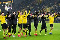 Bundesliga 2020: Borussia Dortmund - 1. FC Köln (5-1). Borussia Dortmunds Erling Braut Haaland (midten) og lagkameratene feirer foran supporterne etter bundesligakampen i fotball mellom Borussia Dortmund og 1. FC Köln på Signal Iduna Park. Mats Hummels til venstre.