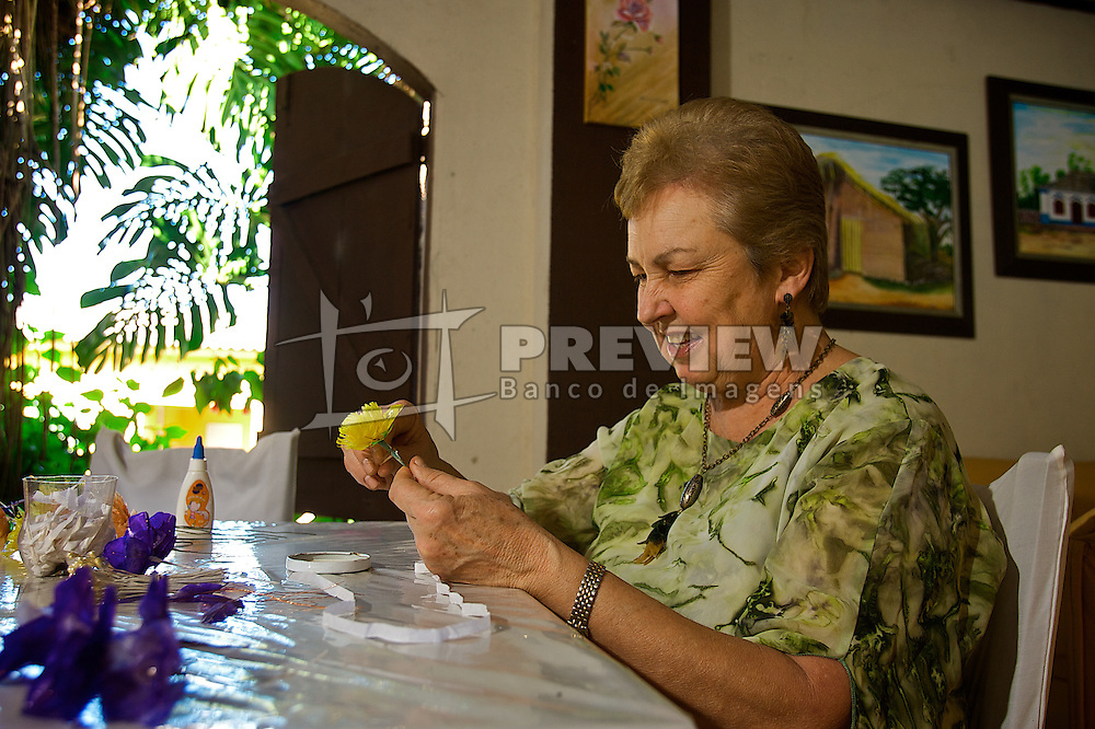 Legado das mulheres açorianas que chegaram à vila de Santo Amaro em 1753, o artesanato com escamas de peixe ainda é fonte de renda para a comunidade. A atividade se desenvolve nas dependências do Restaurante Coqueiro, sendo a sua proprietária, Olinda Konrad, a principal incentivadora da arte no distrito. As artesãs procuram trabalhar com o objetivo de preservar o meio ambiente, resgatar a história, estimular o turismo cultural e preservar as técnicas culturais consideradas fundamentais para garantir a sustentabilidade do sítio histórico de Santo Amaro do Sul. FOTO: Lucas Uebel/Preview.com