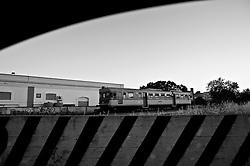 fermo  in auto ad aspettare, odo un fischio in lontananza che si fa sempre più acuto; ecco il treno che attraversa la città come una freccia scoccata da un invisibile, enorme arco. Reportage che analizza le situazioni che si incontrano durante un viaggio lungo le linee ferroviarie delle Ferrovie Sud Est nel Salento.