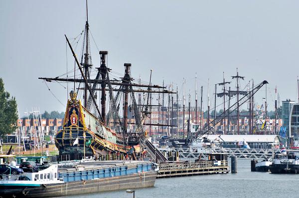 Nederland, Lelystad, 18-6-2018Bij de Bataviawerf in de haven van lelystad ligt het 17e eeuwse nagebouwde schip de Batavia. een binnenvaartschip ligt er voor...Foto: Flip Franssen