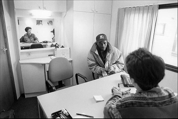 Nederland, Nijmegen, 15-2-1993In de Waalhaven ligt een asielzoekersboot, een boot waar asielzoekers verblijven.Vanwege de grote stroom, toestroom van vluchtelingen moeten verschilllende manieren van opvang geregeld worden. Een migrant heeft een gesprek met een arts.Foto: Flip Franssen/ Hollandse Hoogte
