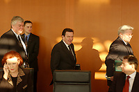 16 JAN 2002, BERLIN/GERMANY:<br /> Bodo Hombach (L), Sonderkoordinator des Stabilitaetspaktes a.D., Gerhard Schroeder (M), SPD, Bundeskanzler, und Frank-Walter Steinmeier (R), SPD, Chef des Bundeskanzleramtes, auf dem Weg zu ihren Plaetzen, vor Beginn der Kabinettsitzung, Bundeskanzleramt<br /> IMAGE: 20020116-01-014<br /> KEYWORDS: Kabinett, Sitzung, Gerhard Schröder
