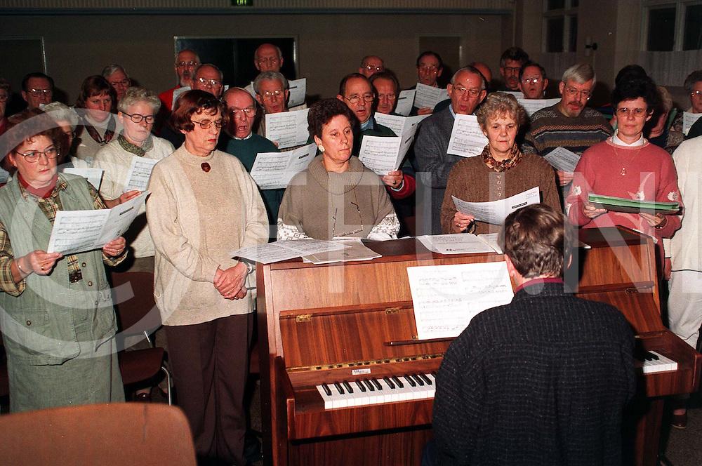 nijverdal : repetitie gerformeerd kerkkoor..foto frank uijlenbroek@1995/dio