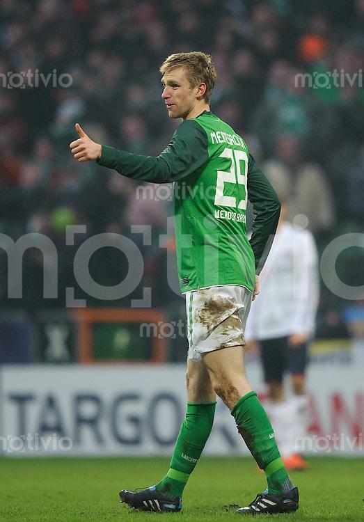 Fussball Bundesliga Saison 2010/2011 SV Werder Bremen - FC Bayern Muenchen Daumen hoch: Per MERTESACKER (Werder) nach seinem Tor zum 1:0.