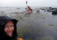 kayakers in shallow waters and rain - kajakkpadler i grunt farvann og regn