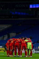 CARDIFF, WALES - Wednesday, November 18, 2020: Wales players form a pre-match team huddle before the UEFA Nations League Group Stage League B Group 4 match between Wales and Finland at the Cardiff City Stadium. Wales won 3-1 and finished top of Group 4, winning promotion to League A. (Pic by David Rawcliffe/Propaganda)