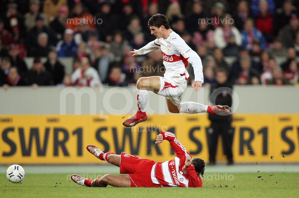 Fussball 1. Bundesliga Saison 2007/2008  VfB Stuttgart - FC Bayern Muenchen Mario Gomez (VfB,oben) gegen Martin Demichelis (FCB