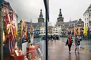 Nederland, Nijmegen, 16-11-2020 In de stad is het stil en leeg vanwege de verscherpte coronamaatregelen die de horeca op slot hebben gedaan . De Grote Markt , het historisch centrum . Foto: ANP/ Hollandse Hoogte/ Flip Franssen