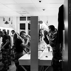 jeudi 20 octobre, 05h32, Versailles. Soldats du 511ème Régiment du Train se brossant les dents et se rasant dans la salle de bain collective de leur bâtiment d'hébergement.