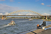 Nederland, Nijmegen, 6-10-2020 Binnenvaartschip vaart over de Waal bij Nijmegen . De Waal is het Nederlandse deel van de Rijn en de belangrijkste vaarroute van en naar Rotterdam en Duitsland . Foto: ANP/ Hollandse Hoogte/ Flip Franssen