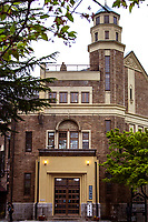 During  both the Meiji and Taiho period, the Katakura family made a fortune in the silk industry and used that wealth to build the Katakurakan Spa. The building has a gothic style façade but there are many Japanese design touches in the interior, including stained blass windows with a Japanese motif. All in all, however, it must be said that the building is a whimsical mixture of styles. The building and the marble bath are designated as Important National Artifacts. The expansive bathing area is called the Thousand Person Bath although it really can accomodate 50 people at a time confortably.