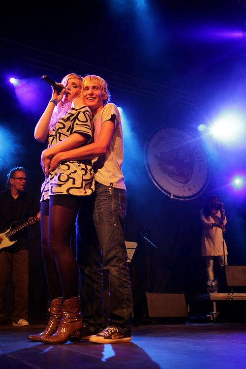 Dutch singer Dennis with a fan during a performance at the KEI-week in Groningen // Zangeres Dennis (Denise ten Donselaar) en een fan tijdens de KEI-week in Groningen.
